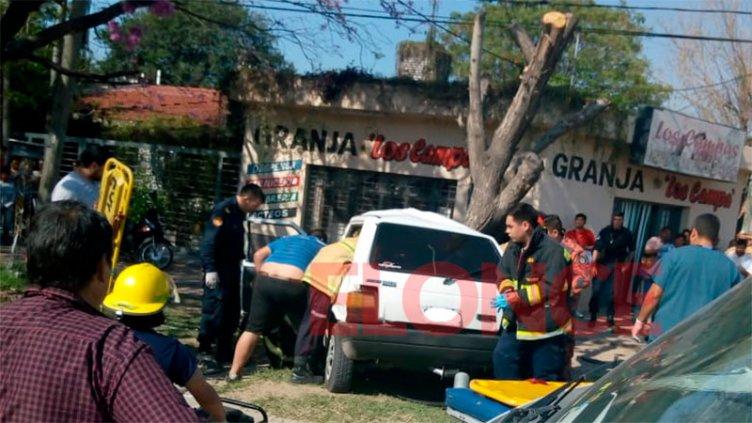 Perdió el control del auto y terminó contra un árbol: tres hospitalizados