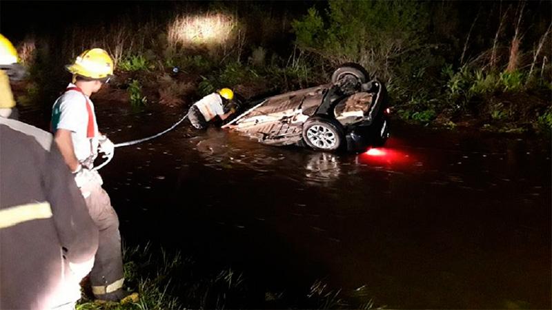 Un hombre murió al despistar y quedar sumergido su auto en la banquina