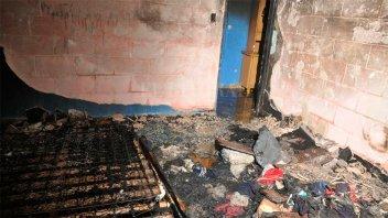 Un niño murió al incendiarse una casa y otras personas resultaron heridas