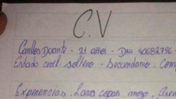 Joven escribió su currículum a mano y conmovió a todos