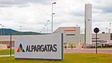 Alpargatas cerró dos fábricas y despidió a 450 empleados