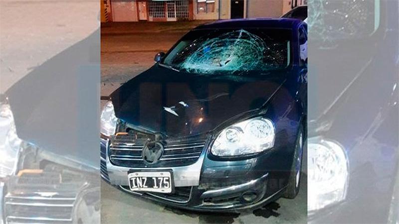 El auto que embistió al hombre.