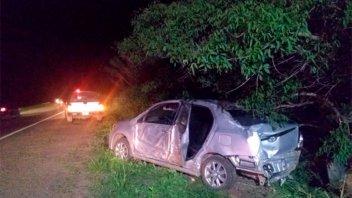 Automóvil en el que viajaba una familia despistó y chocó contra dos árboles