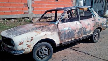 Se le rompió el auto, le sacó la batería para evitar el robo y se lo quemaron