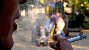 Polémica: Diputado quiere prohibir fumar en plazas y parques de Santa Fe
