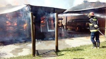 Incendio en Concordia: vecinos vieron a una mujer rociar la casa con combustible