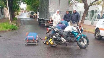 Otro accidente en Paraná: Motociclistas sufrieron heridas tras chocar con camión