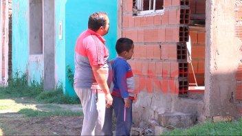 Desazón y tristeza: los testimonios de las familias que dejan su hogar