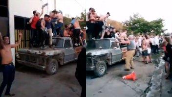Imágenes muestran cómo jóvenes destrozan camioneta a la salida de boliche