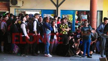 Retorno a casa complicado para los disfrazados: largas colas en la terminal