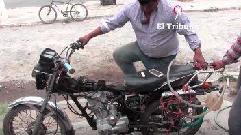 Video: Argentino fabricó una moto que utiliza agua como combustible