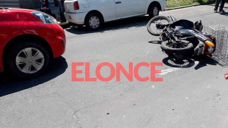 Motociclista intentó evadir un control de tránsito y chocó con un auto