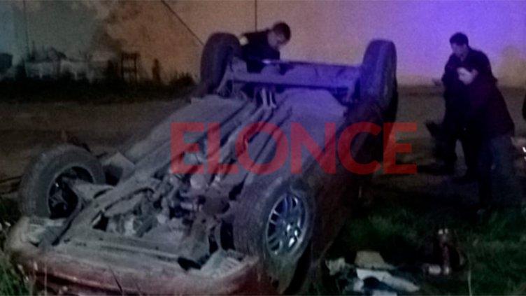 Automóvil despistó y volcó en una curva