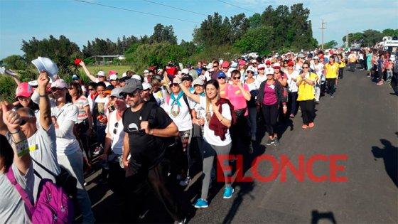 Una multitud de peregrinos marcha en la tradicional demostración de fe