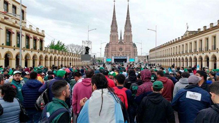 Moyano encabezó marcha a Luján y la Iglesia pidió
