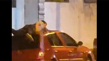 Un hombre se tiró arriba del techo de su auto para protegerlo del granizo