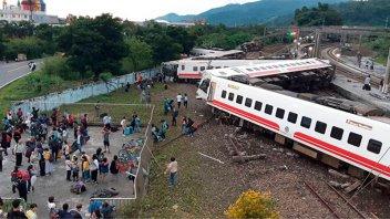 Descarriló tren en Taiwán: 17 personas murieron y cien resultaron heridas