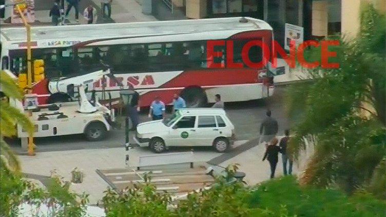 Grave accidente: Remise chocó un pilote de cemento en Peatonal y España