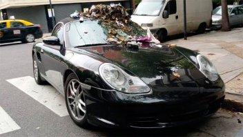 Estacionó su Porsche en la senda peatonal y le dejaron varios