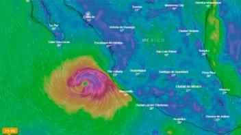 El huracán Willa se acerca a México y amenaza varios centros turísticos