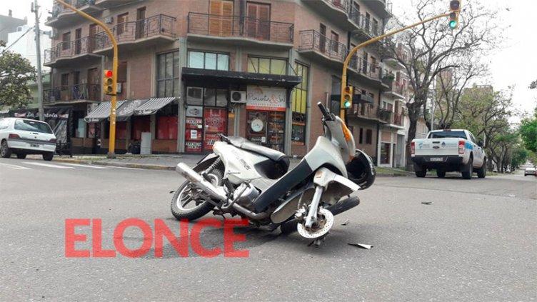 Motociclista atravesó el semáforo en rojo e impactó contra un vehículo oficial