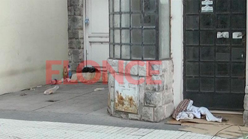 El lugar donde duerme el hombre en situación de calle que sufrió una agresión