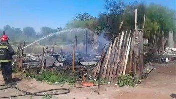Perdió todo: devastador incendio consumió una casilla de madera