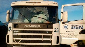 Arrojaron un gran cascote de cemento a un camión y le destrozaron el parabrisas