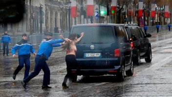 Una activista se abalanzó en topless sobre la caravana de Donald Trump
