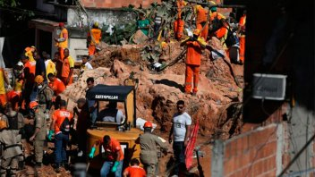 Catorce personas murieron por la caída de una enorme piedra en Rio de Janeiro