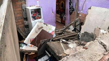 Rayo partió la losa de una casa: Un hombre y su hijito se salvaron de milagro