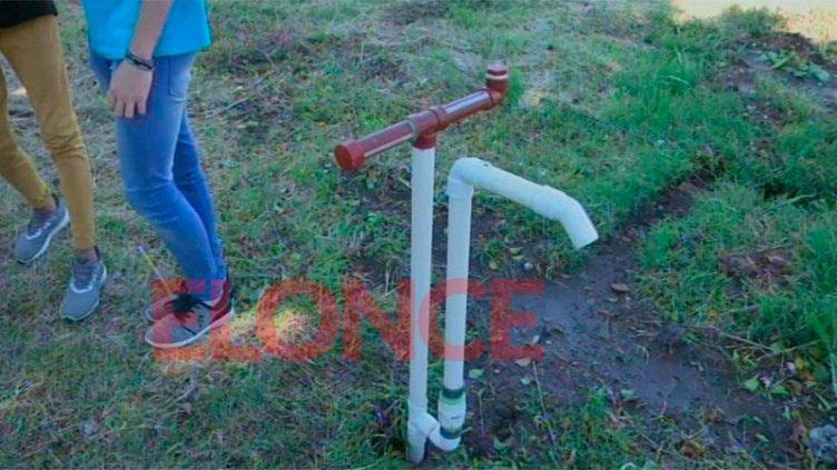 Alumnos fabricaron una bomba para extraer agua desde el patio de la escuela