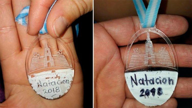 Papelón: entregaron medallas escritas con corrector a nenes con discapacidad