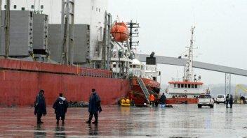 Murieron dos personas en el barco que lleva madera de Entre Ríos a China