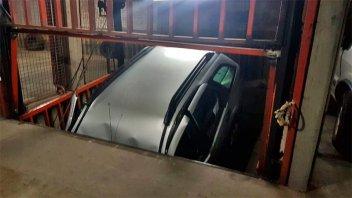 Auto cayó en el hueco de un montacargas y dos personas quedaron atrapadas: Video