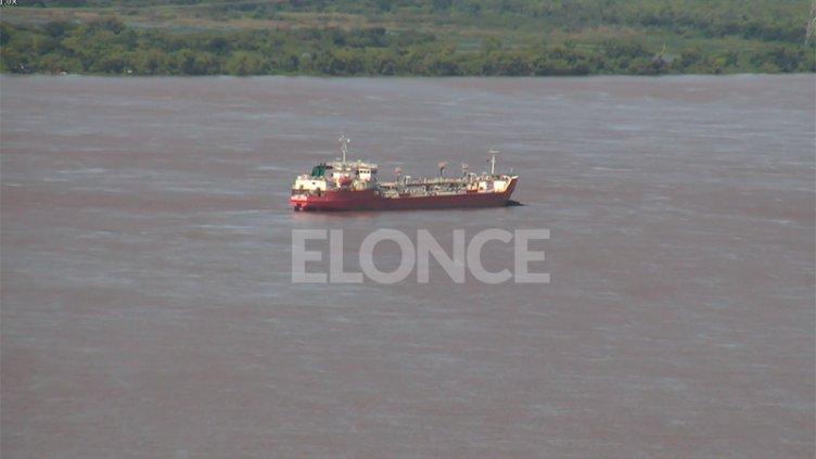 Aguardan una solución diplomática por el buque paraguayo fondeado en el Paraná
