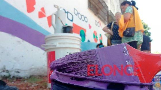 El artista Mario Lange pinta un mural colectivo en un pasaje de Paraná