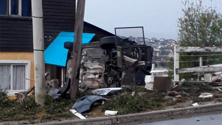 Conductor ebrio chocó contra un medidor de gas y volcó en el patio de una casa