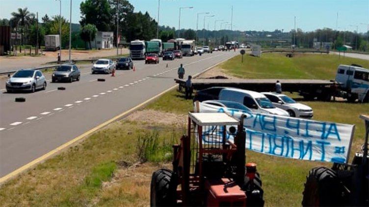 Empresarios madereros realizan corte parcial de Ruta 14