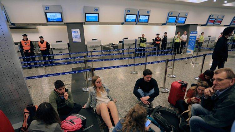 Aeronáuticos anunciaron un paro total para el próximo lunes