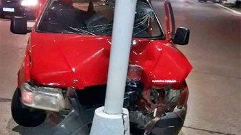 Esquivó dos motos que corrían picadas y terminó contra una columna