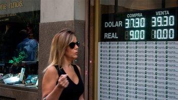 El dólar volvió a bajar por sexto día consecutivo y cerró en $38,41