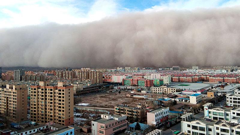 El muro de arena que cubrió la ciudad china de Zhangye.