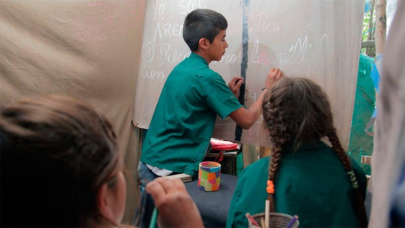 """Nico en su escuela, """"Patria y Unidad""""."""