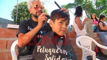 Peluqueros Solidarios cortaron el pelo en barrio Cáritas