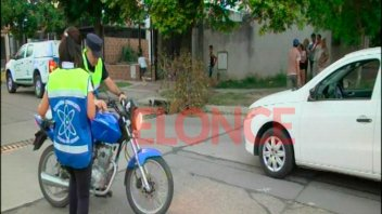 Una vez más, un auto y una moto chocaron en peligrosa esquina