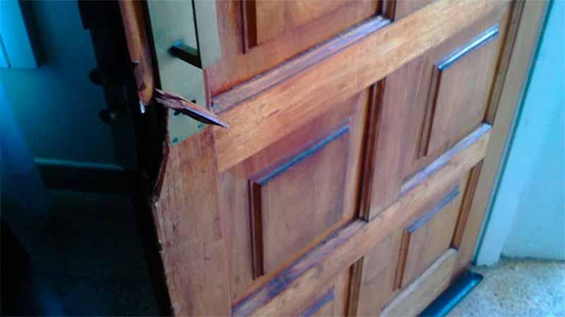 Destruyó la puerta de la casa de su ex pareja