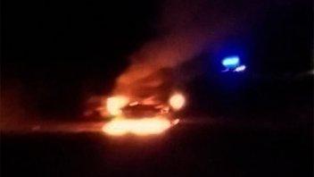 Se incendió un vehículo luego de cargar combustible: los daños fueron totales