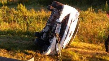 Conductor destrozó su auto al volcarlo sobre en un cruce de rutas