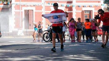 Maratonista solidario corrió 50 kilómetros para llegar a Once por todos